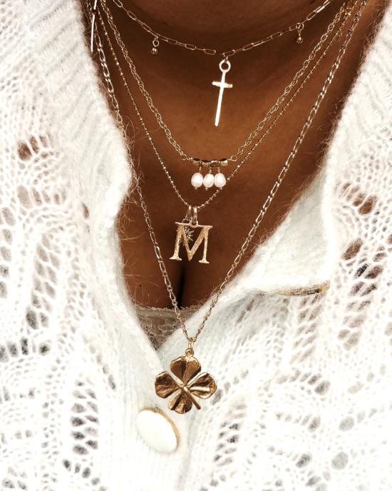 accumulation colliers plaqué or tendance pendentifs croix lettre initiale trèfle porte bonheur bijoux créateurs fait main france