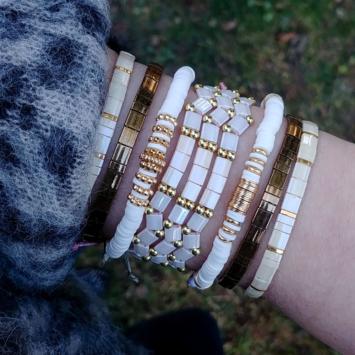 accumulation bracelets tendance heishi surfer et perles plates en verre carrées japonaises miyuki or blanc bijoux créateur france fait main