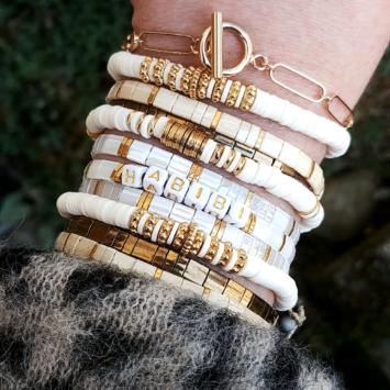 accumulation bracelets tendance heishi surfer et perles plates en verre carrées japonaises miyuki or blanc mot à personnaliser bijoux créateur france fait main