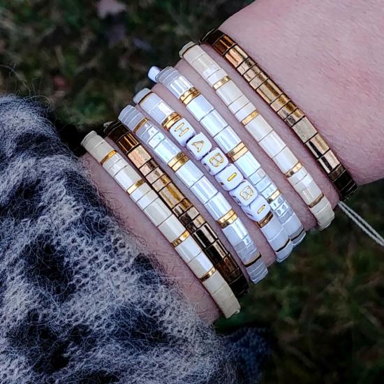 accumulation bracelets tendance perles plates en verre carrées japonaises miyuki or blanc beige bijoux créateur france fait main