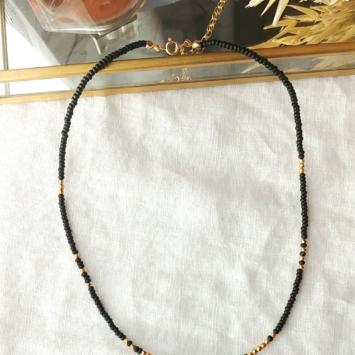 collier perles de bohème noir et doré pendentif soleil