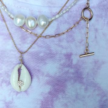 Accumulation collier tendance éte coquillage cauri cowrie collier grandes mailles XL perles eau douce or bohème fait main bijoux créateur france