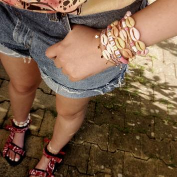 bracelets tendance heishi surfer mot coquillage cauri rose jaune fait main bijoux créateur france