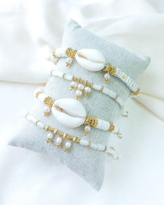 bracelet nacre perle mot à personnaliser tendance fait main bracelet heishi surfer coquillage cauri bohème bijoux créateur
